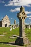 Altos cruces y templo. Clonmacnoise. Irlanda imagenes de archivo