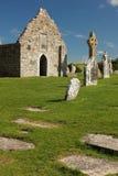 Altos cruz y templo. Clonmacnoise. Irlanda imagenes de archivo