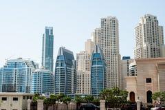 Altos edificios azules de los rascacielos, paisaje Imagenes de archivo
