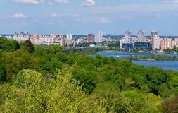 Altos edificios altos de la ciudad entre los parques verdes enormes cerca del río de Dnieper kiev ucrania Fotos de archivo