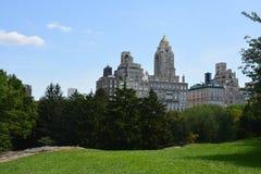 Altos edificios de la subida alrededor del verano del Central Park Fotos de archivo