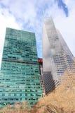 Altos edificios de la subida con H&M Logo Fotos de archivo