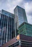 Altos edificios de oficinas de cristal modernos derechos cercanos Imagen de archivo libre de regalías