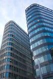 Altos edificios de oficinas modernos en una ciudad sobre s azul Imagen de archivo libre de regalías