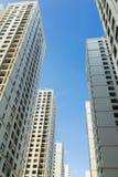 Altos edificios del apartamento residente contra el cielo azul Fotos de archivo libres de regalías