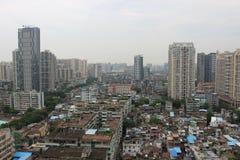 Altos edificios en áreas residenciales pobres Imagen de archivo libre de regalías