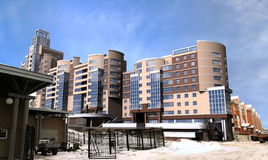 Altos edificios modernos de la subida Imagen de archivo