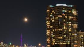 Altos edificios residenciales de la subida en la noche almacen de video