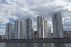 Altos edificios residenciales de varios pisos en la orilla del r?o fotografía de archivo libre de regalías