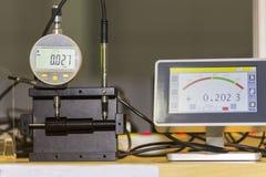 Altos exactitud y moderno de indicadores digitales con la punta de prueba y el monitor de la pantalla táctil para la dimensión qu imágenes de archivo libres de regalías