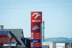 Altos precios de combustible en Polonia La lista de precios de la gasolinera orlen Imagen de archivo
