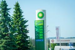 Altos precios de combustible en Polonia Lista de precios de la gasolinera BP Fotografía de archivo libre de regalías