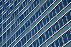 Altos rascacielos de cristal azules del edificio de la subida Imagen de archivo libre de regalías