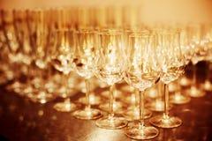 Altos vidrios brillantes listos para las bebidas Imagenes de archivo