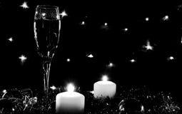 Altos vidrios para el champán Buen alcohol del Año Nuevo Velas y ch Foto de archivo