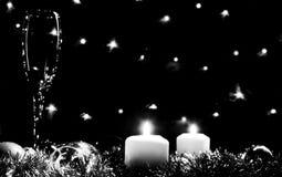 Altos vidrios para el champán Buen alcohol del Año Nuevo Velas y ch Imagen de archivo libre de regalías