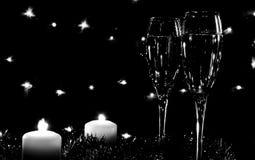 Altos vidrios para el champán Buen alcohol del Año Nuevo Velas y ch Foto de archivo libre de regalías