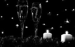 Altos vidrios para el champán Buen alcohol del Año Nuevo Velas y ch Fotos de archivo libres de regalías