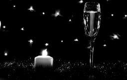 Altos vidrios para el champán Buen alcohol del Año Nuevo Velas y ch Imágenes de archivo libres de regalías