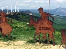 Altowa Del Pérdon pielgrzymia rzeźba z silnikami wiatrowymi w odległości obraz stock