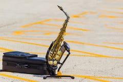 Altowy saksofon na statywowym czekaniu dla swój solo czasu zdjęcia royalty free