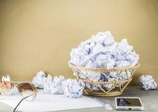 Altpapier im Behälter ist Überlauf auf Arbeitstabelle Stockfoto