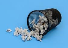 Altpapierkorb verschüttet Stockfoto