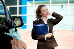 Altractive Geschäftsfrau mit ihren Armen crosed stockbild