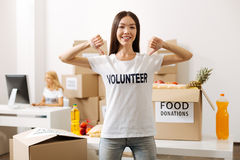 Altruistisk motiverad kvinna som av visar hennes skjorta Royaltyfria Bilder