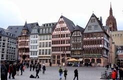 Altstadt för Frankfurt gammal stads` ` med den Frankfurt domkyrkan i den bakgrunds`-Römer `en, Arkivfoto