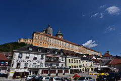 Altstadt Melk i Wachau och kloster Melk Royaltyfri Foto
