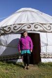 Altyn-Arashan, Кыргызстан, 14-ое августа 2018: Милый киргиз стоит перед yurt стоковое фото
