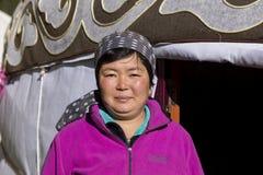 Altyn-Arashan, Кыргызстан, 14-ое августа 2018: Милый киргиз стоит перед yurt стоковые фотографии rf