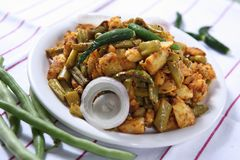 Alu bönor Bhaja, maträtt för bönapotatissida fotografering för bildbyråer