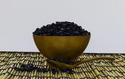 Alubias negras en taza marrón Imagen de archivo libre de regalías