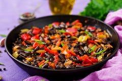 Alubias negras guisadas con pimientas dulces y tomates con la salsa picante Foto de archivo libre de regalías