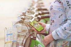 Alugando a bicicleta da bicicleta urbana que compartilha da estação Fotos de Stock