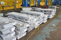 Alumínio a prumo do lingote Fotografia de Stock Royalty Free