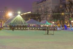 Alumbrado público del Año Nuevo de la Navidad en el centro Moscú del cielo Fotografía de archivo