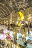 Alumbrado público del Año Nuevo de la Navidad en la Moscú de centro comercial Imagen de archivo
