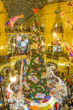 Alumbrado público del Año Nuevo de la Navidad en la Moscú de centro comercial Imágenes de archivo libres de regalías