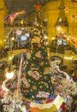 Alumbrado público del Año Nuevo de la Navidad en la Moscú de centro comercial Imagen de archivo libre de regalías