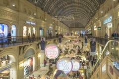 Alumbrado público del Año Nuevo de la Navidad en la Moscú de centro comercial Imagenes de archivo