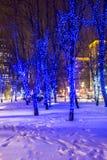 Alumbrado público del Año Nuevo de la Navidad en la noche Moscú Imágenes de archivo libres de regalías