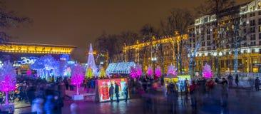 Alumbrado público del Año Nuevo de la Navidad en la noche Moscú Imagenes de archivo