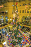 Alumbrado público del Año Nuevo de la Navidad en la noche Moscú Fotografía de archivo