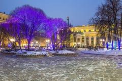 Alumbrado público del Año Nuevo de la Navidad en la noche Moscú Foto de archivo libre de regalías