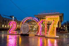 Alumbrado público del Año Nuevo de la Navidad en la noche Moscú Fotos de archivo libres de regalías