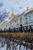 Alumbrado público del Año Nuevo de la Navidad en la noche Moscú Imagen de archivo libre de regalías