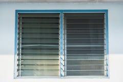 Aluminiowa żaluzja lub szklani żaluzj okno zdjęcie royalty free